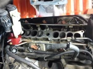 Ny bränsletrycksregulator och injektorer monterade på motor.